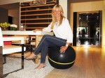 Sentada en una Wellness ball active sitting de Technogym